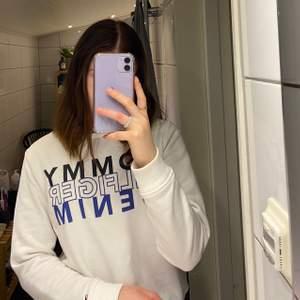 Jättefin sweatshirt från Tommy Hilfiger i storlek xs. Den har tyvärr en liten fläck som inte går bort, men som knappt syns (se bild 3) 90kr+frakt
