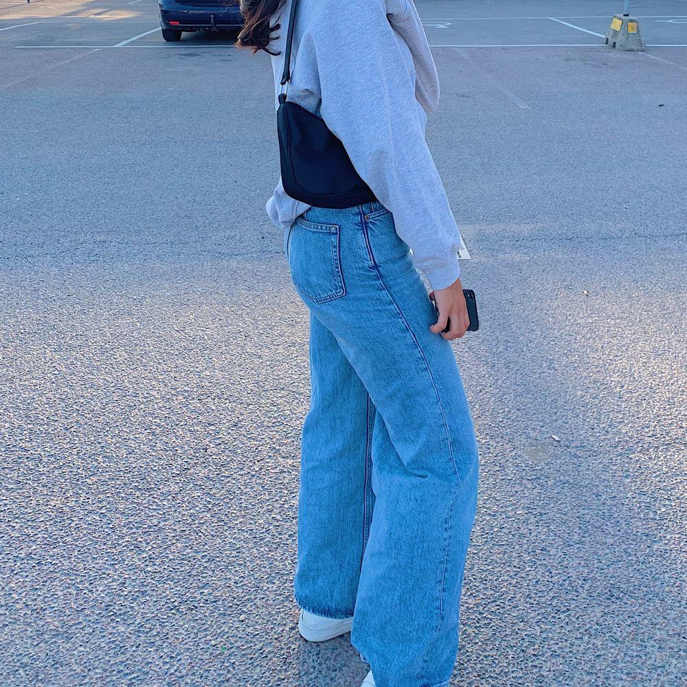 Säljer mina weekday jeans i toppenskick fast som blivit lite för stora💖 W25L30 men passar mig som både brukar ha XS och S  bilderna är mina egna!!. Jeans & Byxor.