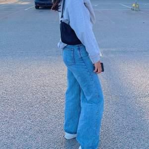 Säljer mina weekday jeans i toppenskick fast som blivit lite för stora💖 W25L30 men passar mig som både brukar ha XS och S  bilderna är mina egna!!