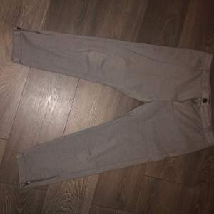 Gabba kostymbyxor med liten dragkedja nertill, köpta från jeansbolaget för 999kr bra skick.