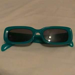 jättecoola solglasögon från weekday, typ turkosa! använda ett par gånger men alldeles för sällan för att sparas på. 200 kr nypris, billig frakt tillkommer! budgivning pågår, högsta bud 110kr. avslutas 19:00 ikväll (2 november)💞💞💞