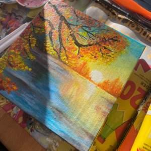 En höstig tavla i akrylfärg målad av mig✨ I storlek 15x15 cm. En tavla tar lång tid därav priset (inklusive frakt). Jag är 17 år gammal och har sålt tavlor förr!