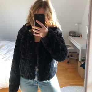 Supergosig pälsjacka från Vila som är perfekt för både höst & vinter. Storlek 36, säljer för 100kr plus frakt.