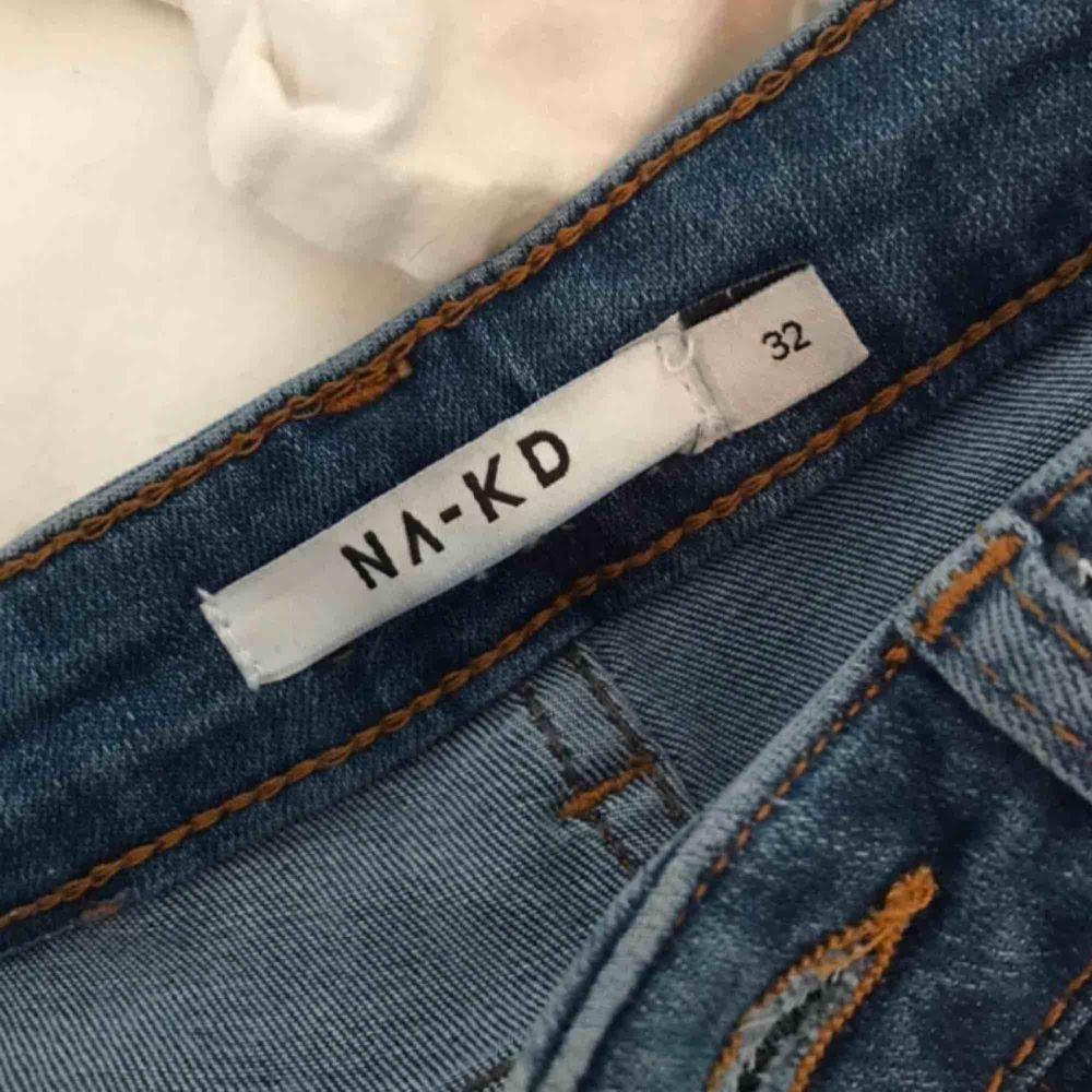 Ett par jätte snygga jeans från na-kd som jag använt ca 5 gånger så dem är i bra skick, ny pris var 399kr, säljes då jag måste rensa kläder, köparen betalar frakt på 54 kronor! Swish! . Jeans & Byxor.