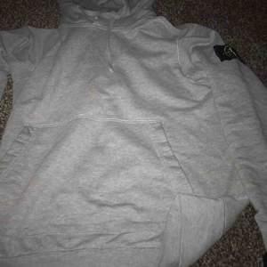 Stone island hoodie använd ett par gånger bra sick säljer  pågrund av är behov av pengar