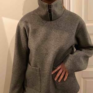Säljer min HELT nya och oanvända jack-tröja från NAKD. Den är från Frida tordhags nya kollektion. Säljer då jag tänkte returera pga inte helt min stil men råkat slänga returlappen. Snygg och stilren. Grå. Jag är 36 men tyckte 38 satt snyggt på mig.