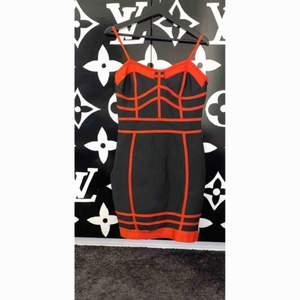 Supersnygg och charmig klänning helt oanvänd endast testad, den är dessutom mycket stretchig. Jag har köpt den för 500kr exklusive frakt.  Frakt tillkommer♥️
