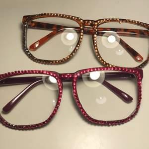 """Festglasögon med plast """"glas"""" och stenar på framsidan. Passar Ferrell till fest och utklädning. 22 kr ett par + Frakt 11"""