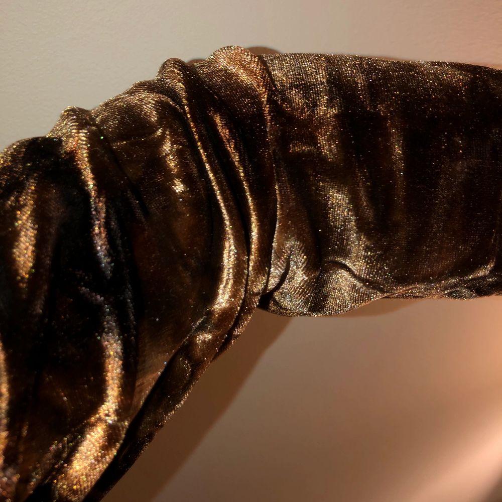 Jätteskön sammetströja med lite krossat mönster. Inte för sval och inte för varm, alldeles perfekt!! Frakt 66 kr❣️ Kan mötas på söder . Tröjor & Koftor.