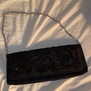En söt liten baguettebag från Wedins. köpte den på second hand för ett tag sedan. den är i väldigt bra skick. har även en liten innerficka som man öppnar med dragkedja. skriv på dm om du vill ha mer bilder/info! Möts upp i Gävle. :)