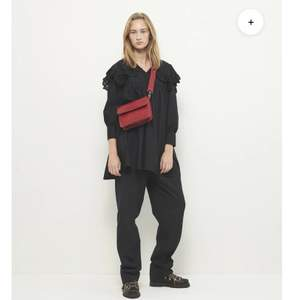 Säljer denna coola väska från det danska märket Hvisk. Endast använd ett fåtal gånger o är som ny. Axelremmen är avtagbar så kan enkelt bytas ut. Nypris va 689kr Frakt tillkommer💞