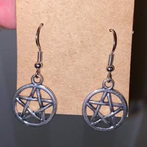 Fina lätta örhängen med pentagrams! Dom som säljs är inte provade utan har flera par!  Skriv om du har frågor✨😎  frakt inkl priset💖