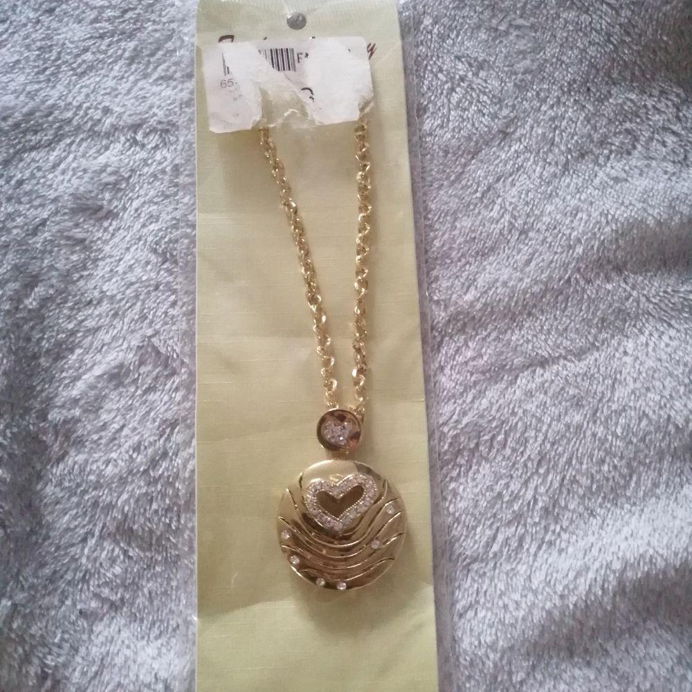 Ett så fint halsband, aldrig använt för har inte blivit något tillfälle så därför säljer jag❤️ helt nytt endast upptaget för att ta bilderna❤️. Accessoarer.