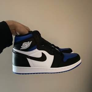 Säljer ett par Jordan 1 High Royal Toe storlek 44! Skorna är självklart oanvända och fraktas! Var inte rädd för att skriva frågor i dm 😄