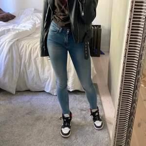 (Lånad första bild). Säljer dessa helt oanvända tiger of sweden jeans, då de tyvärr inte kommer till användning🌸 Dessa är dom perfekta jeansen då dom är sköna, sitter bra i midjan och perfekt vid  rumpan! Skriv vid frågor💕
