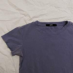 pastellila t-shirt med räfflade kanter. knappt använd då jag ej trivs så bra i färg haha :) superskön att ha på sig och passar till det mesta! fraktas mot fraktkostnad, och jag kan även tänka mig att gå ner i pris vid snabb affär! <3