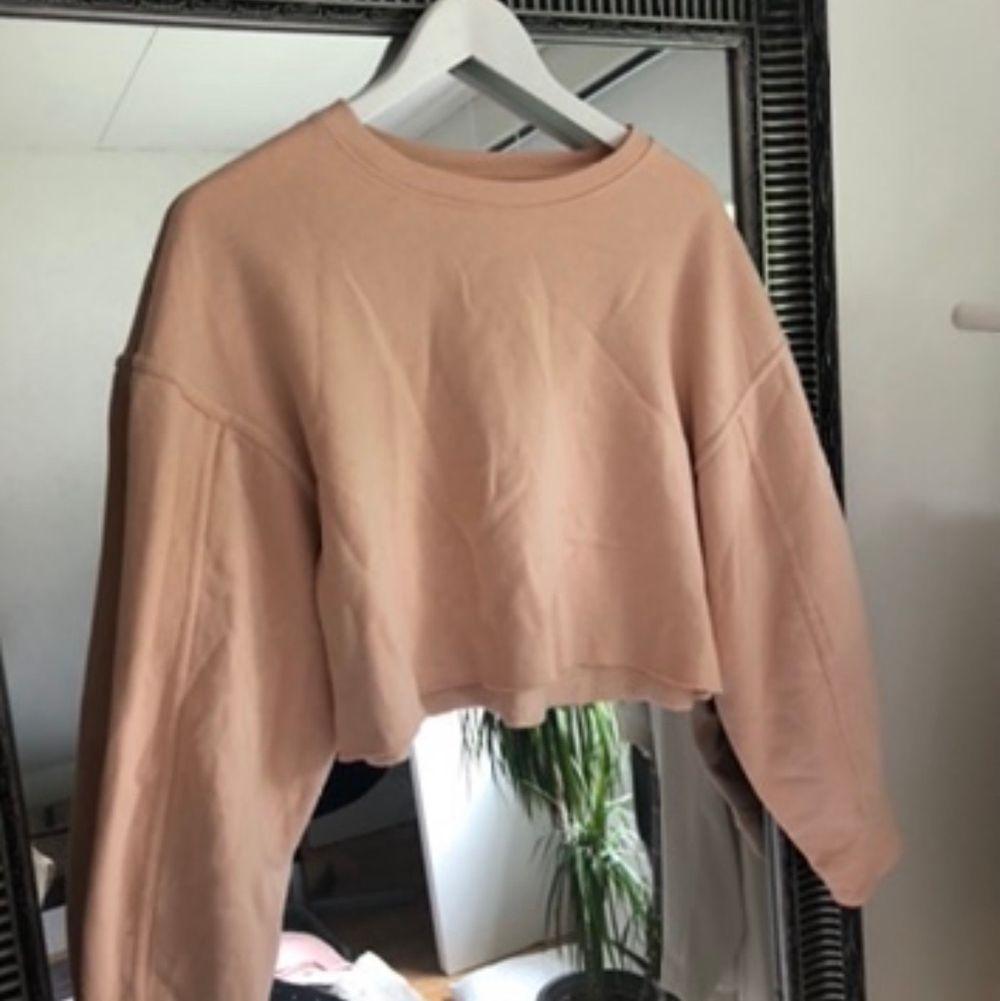 Snygg croppad tröja i fin rosa färg💞. Tröjor & Koftor.
