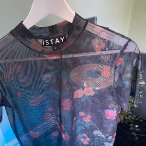 Har aldig använt tröjan så skicket är bra, tycker den är jätte fin men tycker inte den passar min stil.