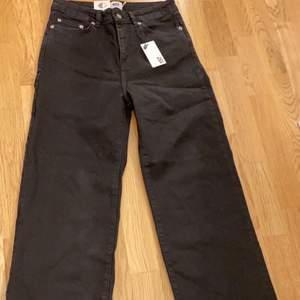 :)) fina trendiga jeans från Lager 157 som är helt ovända!! Storlek S. Prislapp finns kvar (aldrig använda). Säljer dessa pga att dom aldrig kommer till användning💗 Säljer dessa för 250kr+ 59kr frakt💖 Bra pris!!