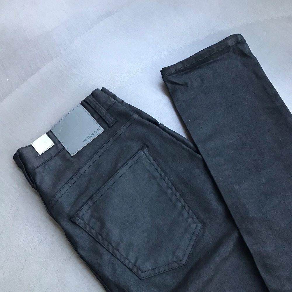 Svarta tighta waxed highwaistbyxor. Aldrig använda pga för liten storlek. . Jeans & Byxor.