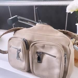 Jättefin beige Noella väska som inte kommer till användning längre. Säljer för 250kr 💖 köparen står för frakt
