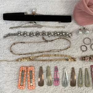 jag säljer massa smycken, alla smycken på bilderna är nästan aldrig använda. 15kr för 3 hårspännen, 5 för ett. 30kr för örhängena. 20kr för silver ringarna, 10kr för halsband tillbehören. 20kr för ett halsband. 15kr per hårband eller 125kr för allt + frakt. kan gå ner i pris om man önskar det 🤍 köparen står för frakten 💗🪐