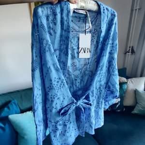 Väldigt fin kimono ifrån ZARA i 75% bomull och 25% linne, därav kostade den så mycket i nypris. Tyvärr har jag aldrig fått använt den. Skickar gärna, frakt tillkommer.☺️☺️