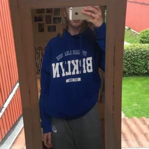 Säljer denna trendiga hoodie från gina tricot✨ Är i strl xs och lite oversize. Köparen står för frakten.