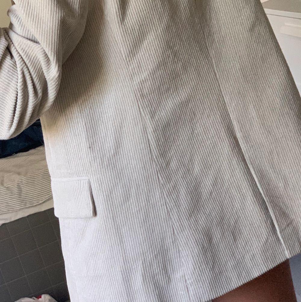 Beige kavaj från nakd, lång i modellen:). Kostymer.