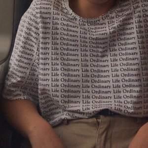 💕Knapp använd T-shirt från Weekday💕 Går att hämta i Lund annars kan jag skicka den till dig (frakt tillkommer)