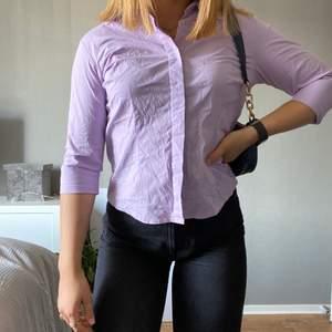 Figursydd lila skjorta med trekvartsarm som ska vara storlek L enligt lappen men är max en M, skulle nog sträcka mig till S till&med. (Jag har vanligtvis S) 80kr + frakt