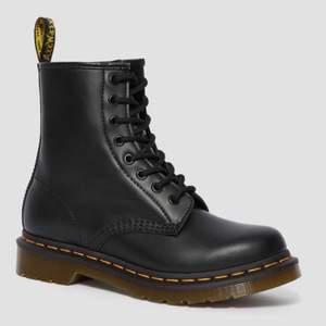Intressekoll* Säljer mina nya svarta Dr.martens skor i strl 38. Använde dom en gång och upptäckte att dom var för små :( men jääättefina och klassiska nu till hösten!🍂 bud ligger just nu på: 1400
