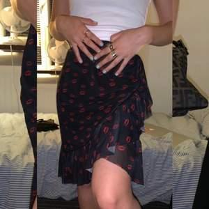 Jättesnygg kjol från nakd, använd få gånger. Halv lång kjol skulle jag säga.