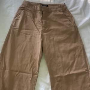 Ett par byxor som är köpa för längesen från Lindex, de sitter åt i midjan och är vida i benen 💛