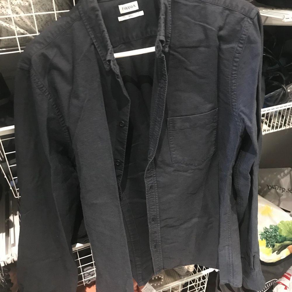 Skjorta från Filippa K mörkblå i storlek S. Skjortor.