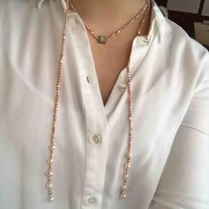 Rosa halsband med pärlor från SNÖ of Sweden. Är som ett långt snöre så går att styla på många olika sett. Äkta. Fint skick. Skriv vid frågor!🌸💕✨