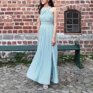 Sjukt fin balklänning från Asos! Endast använd 1 gång. Originalpris är 900 kr men säljer för 350 kr. Jag är 1,65 cm lång och bär storlek XS på klänningen. Den sitter väldigt snyggt på kroppen och ser även väldigt fin ut på bilder.