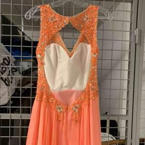 Säljer min balklänning som jag använde på balen 2015. Hur fin som helst🧡