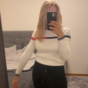 En skön Tommy hilfiger tröja i storlek XS/S. Använd typ en gång, köpt på Tommy hilfiger i USA 🤗☀️ säljs då den bara ligger i garderoben och aldrig används 🥺