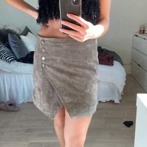 Fin kjol från Mango i läder. Passar S/M. Nypris är 700kr