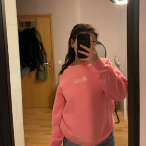 En väldigt unik sweatshirt från champion i en kall rosa & stl Small. Tröjan kommer nästan inte till någon användning & jag tror att den kommer ha bättre nytta i en ny garderob.