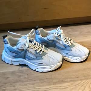 Helt oanvända skor som jag tycärr inte kommer använd pga ej min stil🥰 storlek 40!