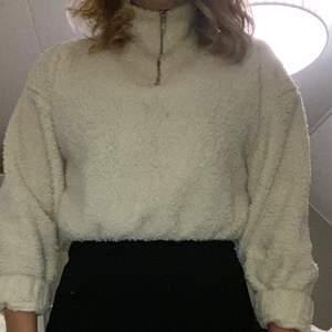 Jätteskön och mysig tröja från Gina. Bra skick! Säljer på grund av att jag har två