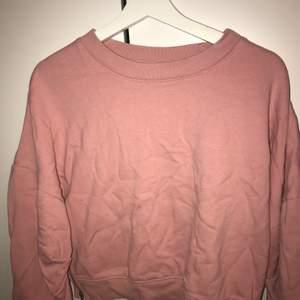 Bra skick, ej sliten eller sönder, fin tröja med dragkedjor på sidorna, rosa, ALDRIG ANVÄND