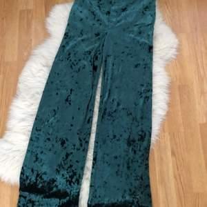 Coola mysbyxor eller fest byxor från bik bok i storlek s. Dom är stretchiga så passar större storlekar. Riktigt snygg o cool grön färg som glänser lite. Frakten står på köparen.