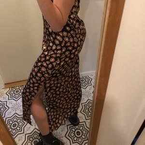Rak leopardmönstrad klänning, i lätt flowigt och tunt material! Aldrig använd och prislapp finns kvar❤️