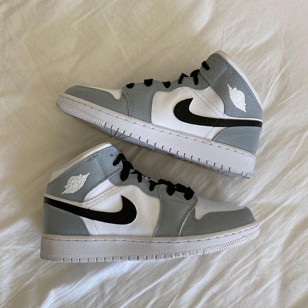 Glöm inte att kolla in min instagram @designbysteen där jag säljer custom designade skor och kläder. Använder den bästa färgen på marknaden. Har ni frågor är det bara att slänga iväg ett meddelande😇. Skor.