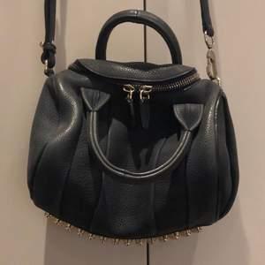 Alexander Wang rockie väska i fint skick, i Mörkblå Nubuck.  Beställt på från Neiman Marcus 2013 (har kvitto), tyvärr inte kommit på använding på ett bra tag så säljer så någon annan som får ge den ett nytt liv! :)  Dustbag kommer med!