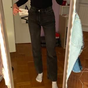 Säljer dessa svarta/mörkgråa raka jeans från Pull&Bear. Helt oanvända med lapparna kvar!! Säljes då de är lite korta för mig (176cm) men hade suttit perfekt på någon kortare än mig!!
