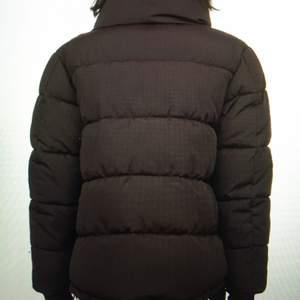 Säljer denna jacka som såldes slut förra året, kommer tyvärr inte till användning. Jätte mysig och skön nu till höst o vinter!!💕
